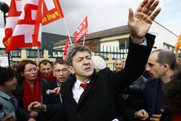 Mélenchon sľubuje konfiškovanie vysokých príjmov a páčilo by sa mu znárodnenie ropného gigantu Total.