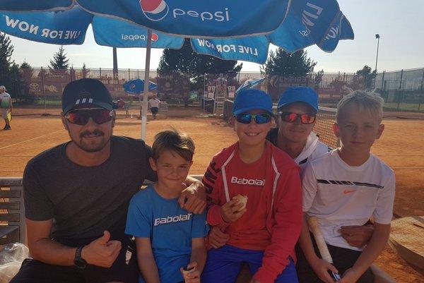 Traja mladí novozámockí mušketieri si zahrajú finále detského Davis Cupu vNTC. Na zábere so svojimi trénermi.