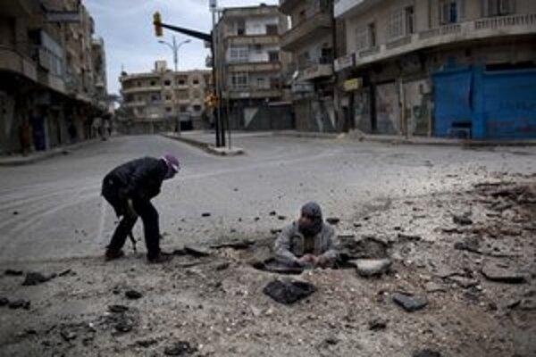 Povstalci kladú bomby na ulici mesta Idlib.