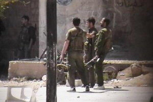 Na snímke z amatérskeho videa sýrske bezpečnostné sily hliadkujú v sýrskom meste Dará.