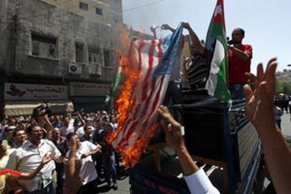 Pálenie americkej vlajky v Ammáne.
