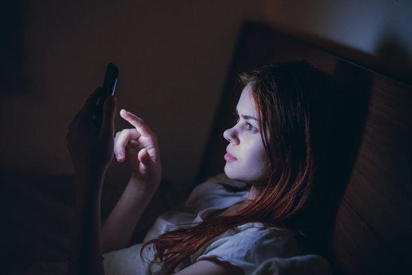 Modré svetlo z telefónu narúša spánok.