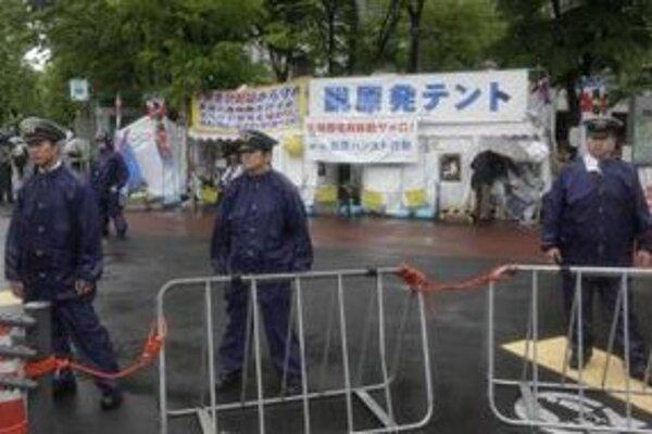 Japonskí aktivisti sa tešia z odstavenia jadrových elektrárni.