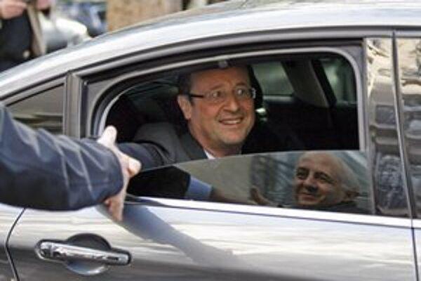 Francois Hollande zdraví svojich priaznivcov po úspešných voľbách.