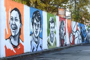 Kresby môžete obdivovať na opornom múre pri Pošte 22.