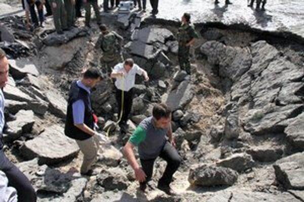 Kráter po mohutnom výbuchu v Damasku.