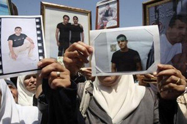 Palestínske ženy v meste Nábulus ukazujú fotografie väznených príbuzných.