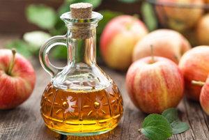 Jablčný ocot má antibakteriálne vlastnosti. Vďaka svojej kyslosti môže pomôcť rozpúšťať a uvoľňovať hlieny v hrdle a zastaviť šírenie baktérií. Ak máte pocit, že sa v hrdle začína rozmáhať zápal, vyskúšajte kloktať vodu s dvomi lyžičkami jablčného octu. Medzitým pite dostatok vody.