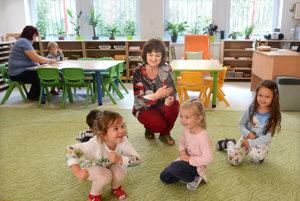 Nová trieda. Riaditeľka Dana Harvanová sa v nej s deťmi hráva.