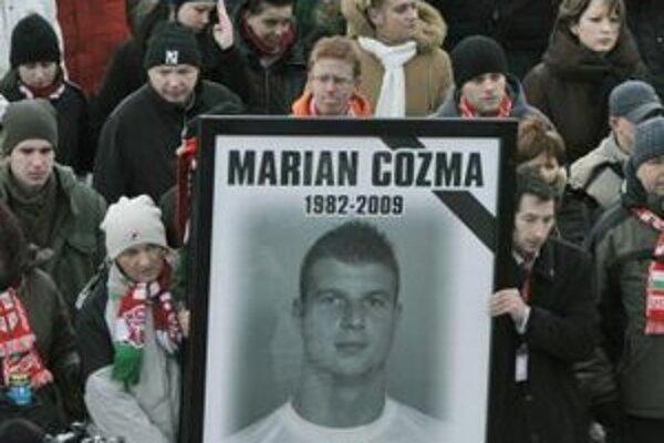 Na snímke z februára 2009 držia vo Veszpréme fanúšikovia fotografiu hádzanára Mariana Cozmu.