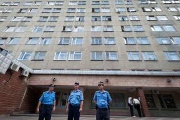 Ukrajinskí policajti hliadkujú pred štátnou nemocnicou v Charkove, kde je uväznená Julija Tymošenková.