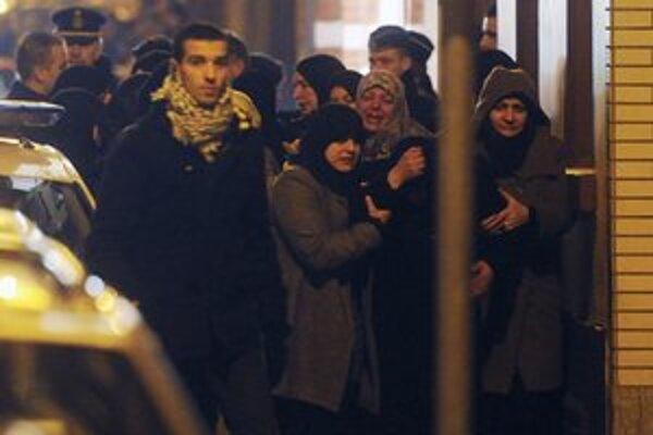 Ženy nariekajú pred mešitou v Anderlechte.