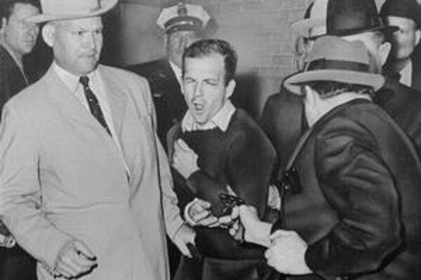 Oswald (v strede) o atentáte údajne informoval Kubáncov vopred.Krátko po ňom ho zastrelil Jack Ruby.