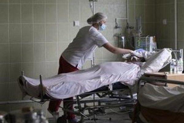 Sestra sa stará o pacienta v nemocnici v meste Ľvov.