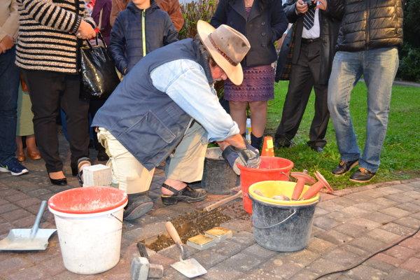 Gunter Demnig. Nemecký umelec vložil do dlažby kamene nezabudnutia.