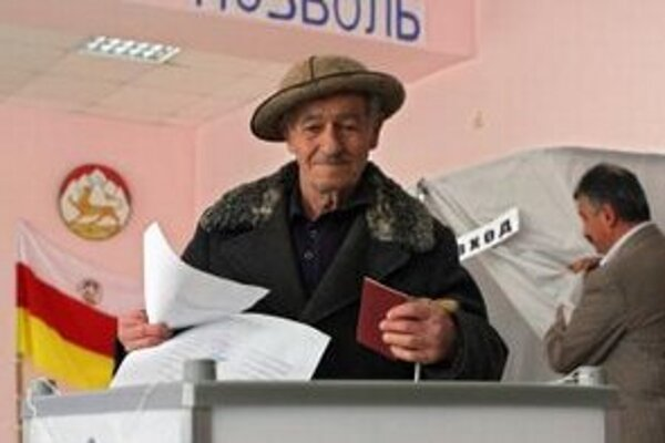Osetský volič počas hlasovania v prezidentských voľbách  v gruzínskej odštiepeneckej republike Južné Osetsko.