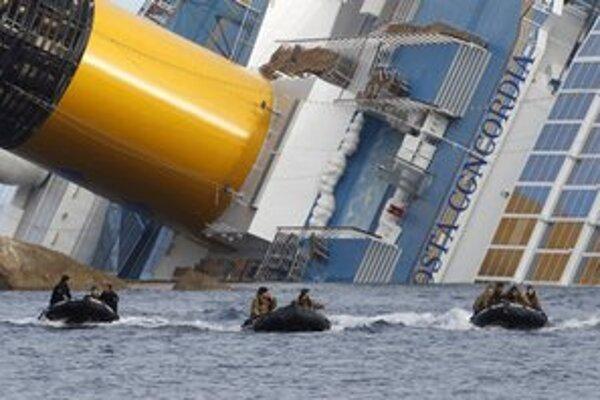 Potápači pri vraku lode.