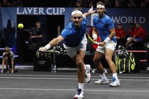 Rafael Nadal (vpravo) a Roger Federer.