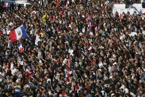 Protestujúci na parížskom Námestí republiky.