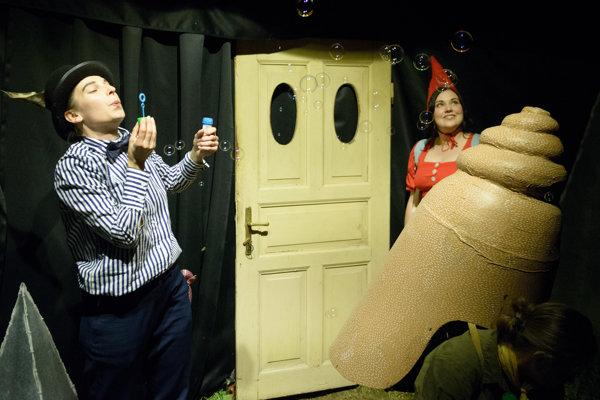 Počas Divadelnej Nitry Teatro Tatro v stane na námestí odohralo Červenú čiapočku.
