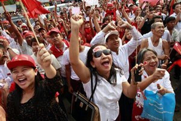 Voliči demokratickej opozície oslavujú víťazstvo.