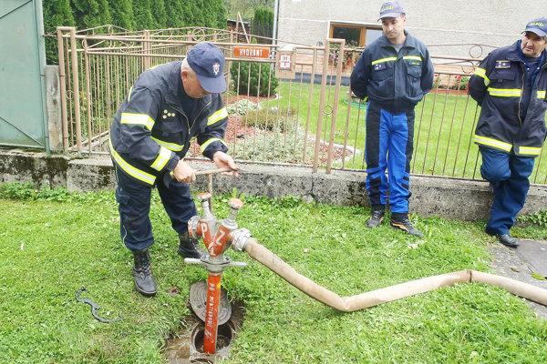 Hasiči predvádzajú, ako správne používať hydrant.