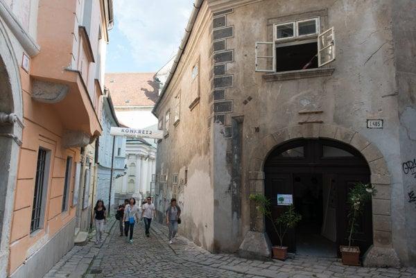 Opravená brána do Rómerovho domu.