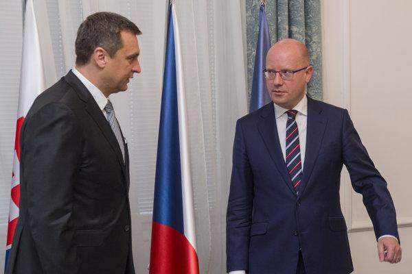 Na snímke vpravo predseda vlády ČR Bohuslav Sobotka a vľavo predseda Národnej rady SR Andrej Danko počas oficiálnej návštevy v Prahe 25. septembra 2017.