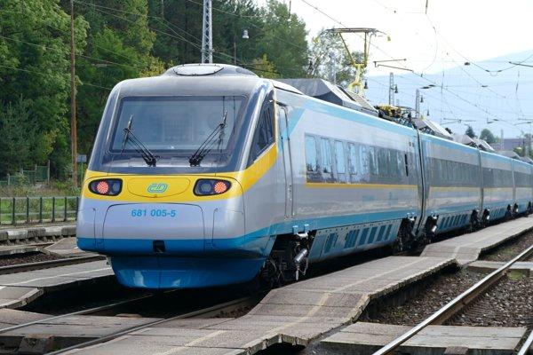 Na snímke zmodernizová jednotka SC 241 Pendolino Košičan počas jazdy na železničnej stanici v Žiline.