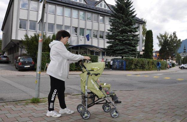 Babka Viera čakala na rozhodnutie súdu spolu s malým Miškom pred budovou.