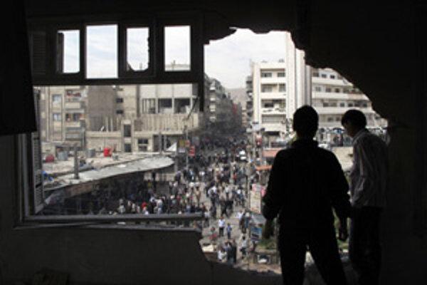 Streľbou zničená budova na predmestí Damasku.