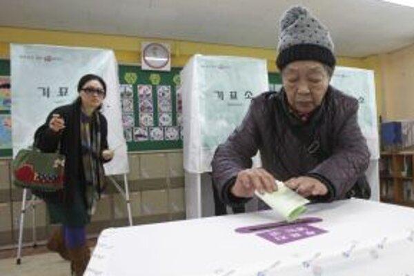 Juhokórejčanka vhadzuje svoj lístok počas parlamentných volieb.