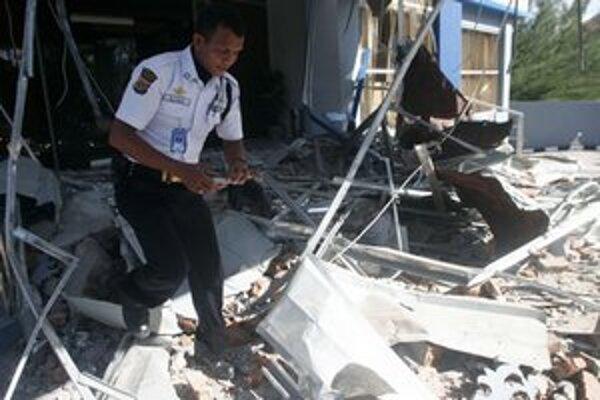 Polícia kontroluje trosky budovy v provincii Aceh.