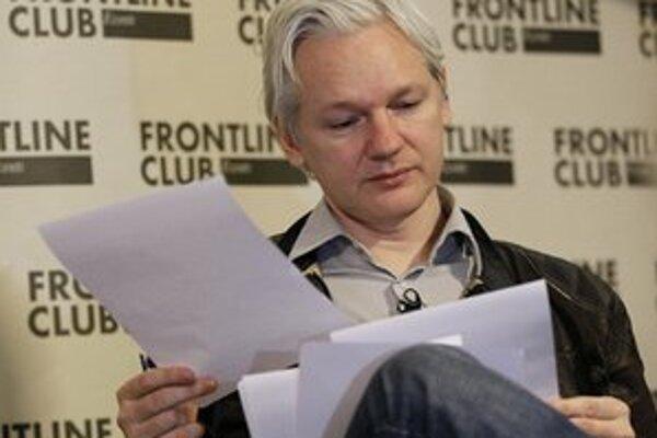 Julian Assange má stále domáce väzenie.