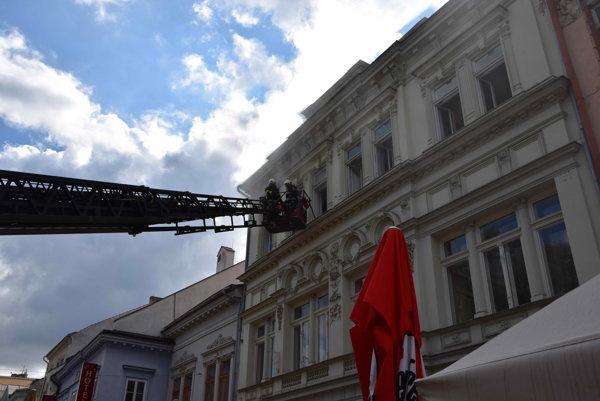 Zásah na Hlavnej. Požiar spôsobili predlžovačky.