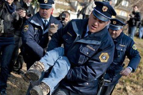 Polícia svoju činnosť výrazne obmedzila.
