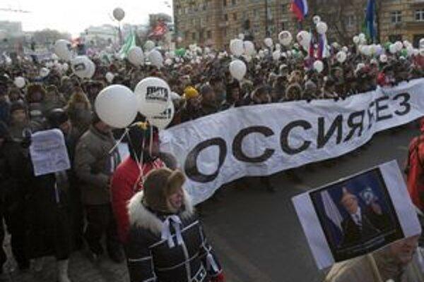 Proti bývalému a budúcemu prezidentovi protestovalo asi sto tisíc ľudí.