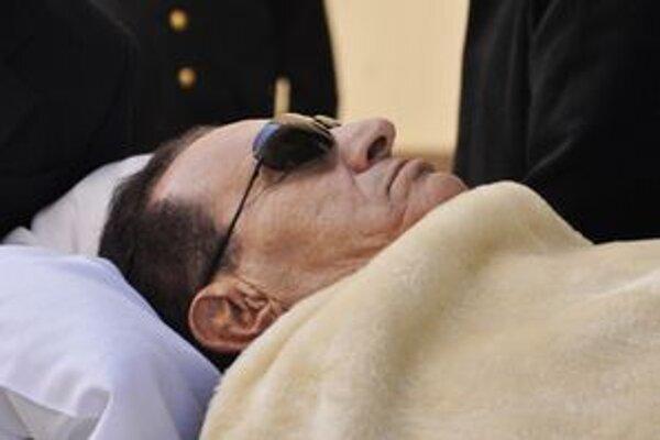 Mubarak na lôžku počas súdneho procesu.