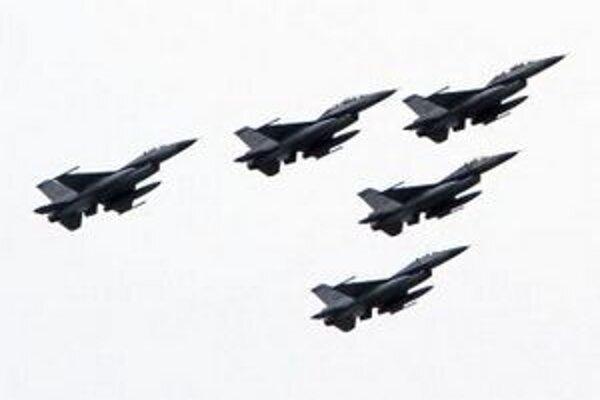 Stíhačky F-16.
