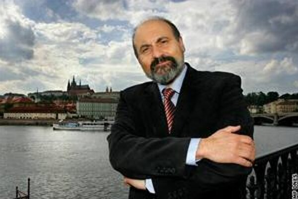 Výzvu českému premiérovi Nečasovi podpísal aj kňaz a filozof Tomáš Halík.