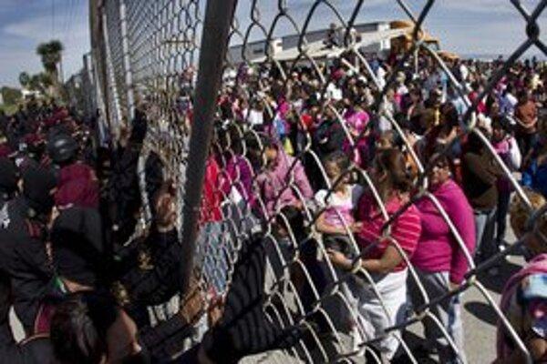 Polícia zadržiava davy príbuzných mŕtvych trestancov pred väzením.
