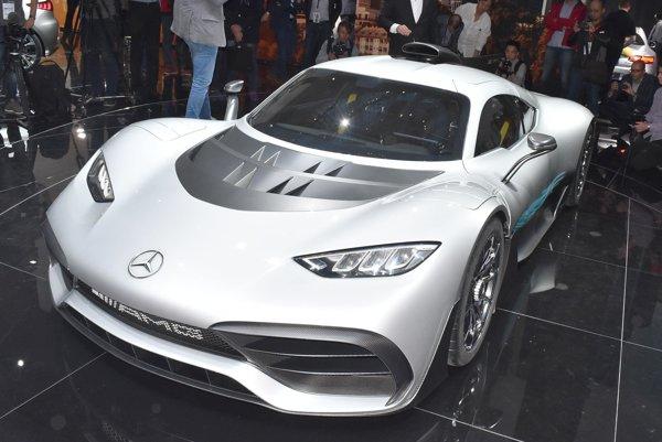 Hyperšportový automobil Mercedes-AMG Project. Dvojmiestne hyperauto prenáša technológiu monopostov F1 na cestu a jeho hybridná hnacia sústava má výkon 740 kW, čiže viac ako tisíc koní.
