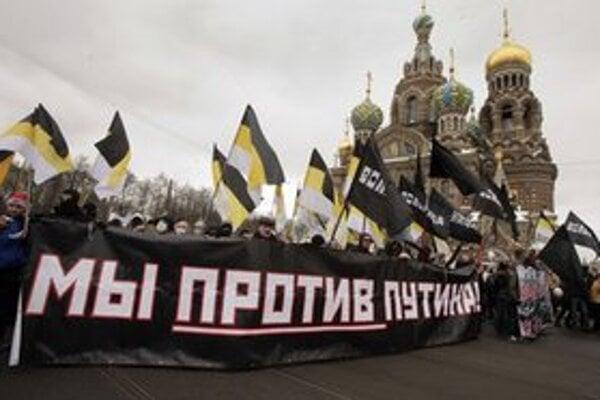 Sme proti Putinovi, píše sa na transparente demonštrantov.