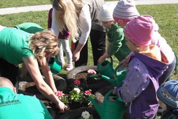 Škôlkari sadili aj kvety.