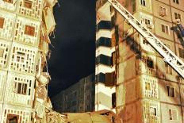 Po výbuchu plynu sa bytovka zrútila.