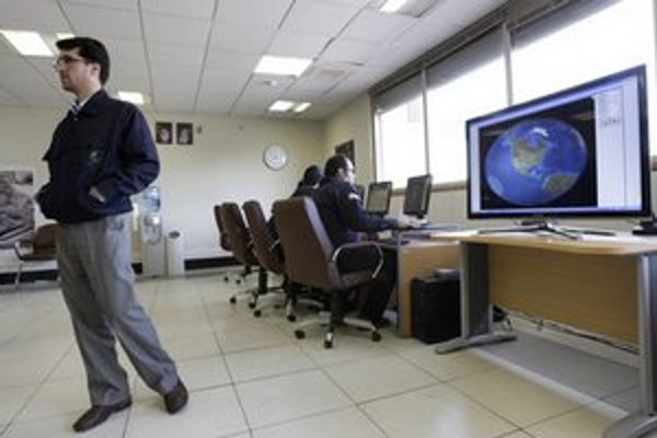 Iránski technici pri spracovávaní satelitných dát.