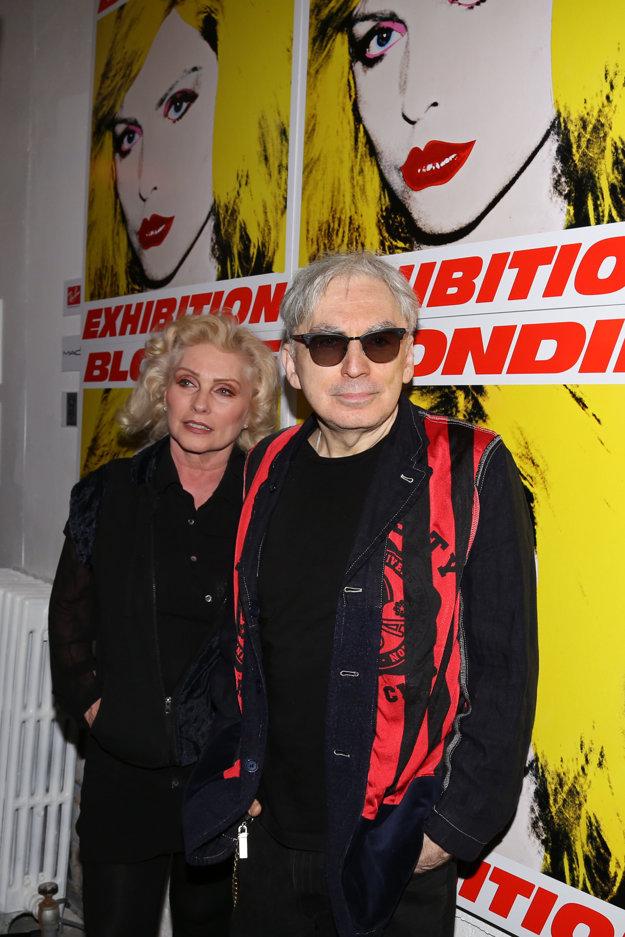 Debbie s Chrisom Steinom a s maľbou od Andyho Warhola v pozadí.