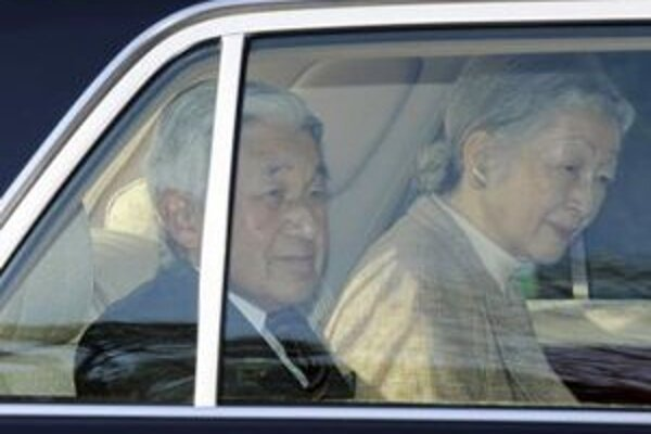 Japonský cisár  Akihito v sprievode cisárovnej  Mičiko odchádzajú z univerzitnej nemocnice.