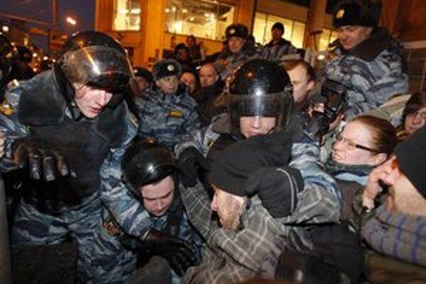 Zatýkanie Putinových odporcov v uliciach Moskvy.