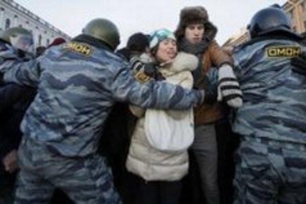 V Moskve sa v pondelok hromadne zatýkalo.